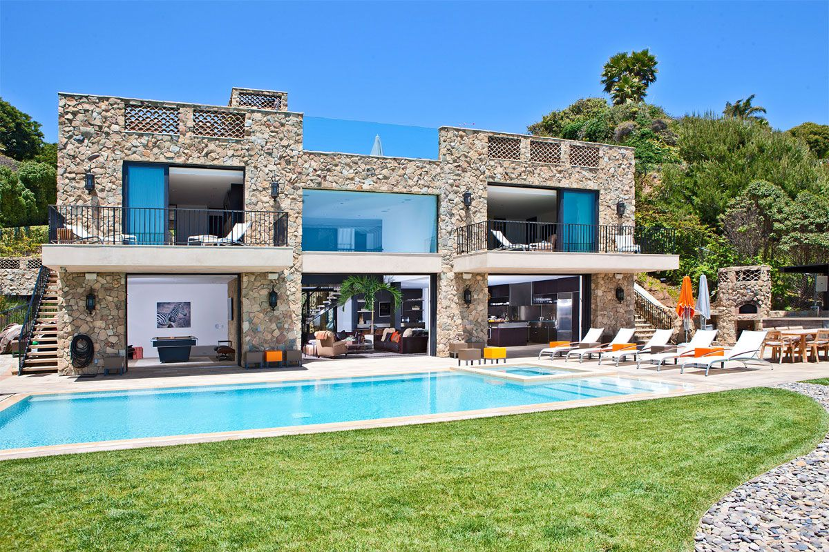 Multi million dolar italian style house on malibu beach