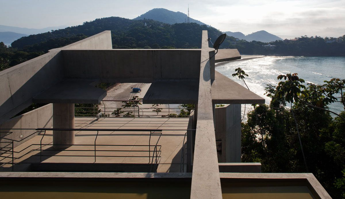 Beautiful-Concrete-House-in-Ubatuba-25