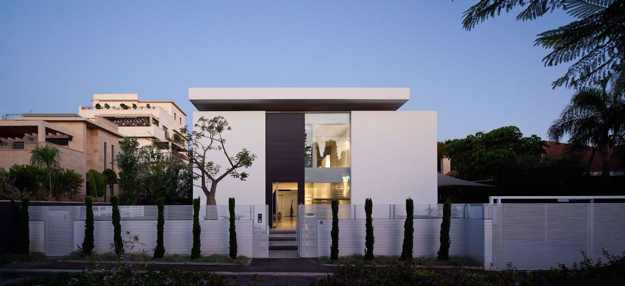 Contemporary-Bauhaus-on-the-Carmel-00
