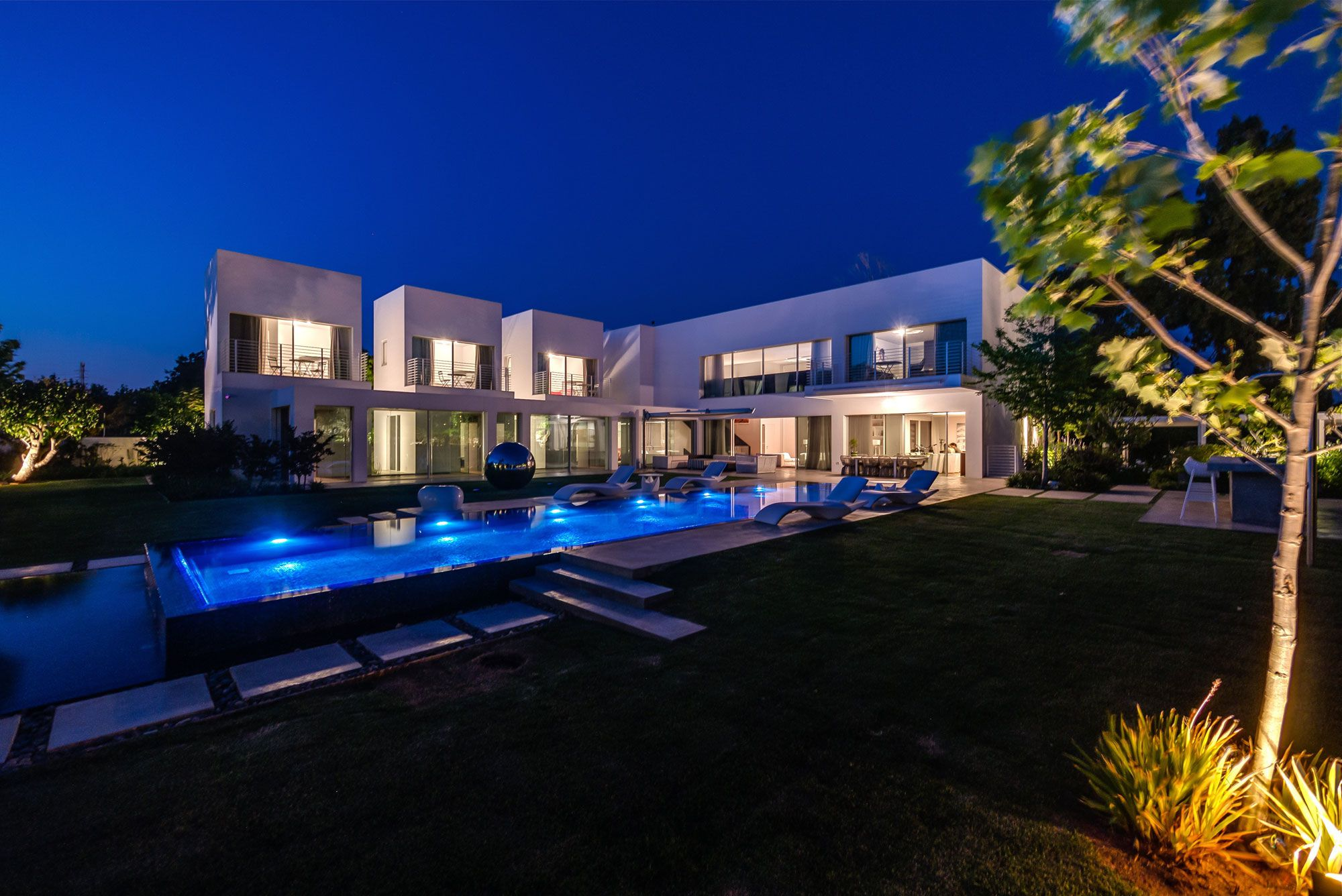 Unique-Contemporary-Villa-27