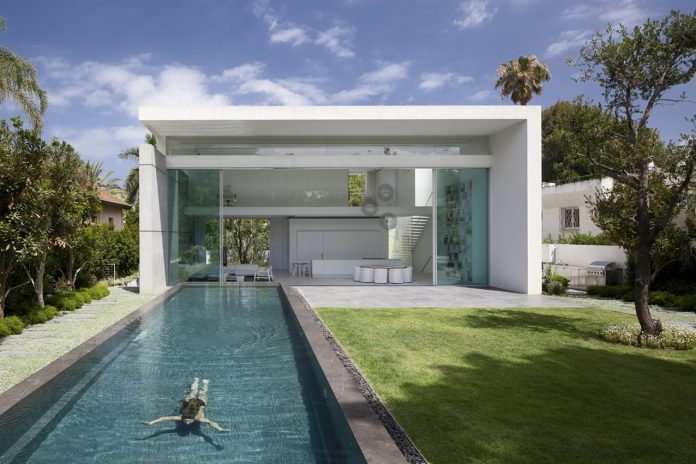 House Between 2 Gardens by Pitsou Kedem Architects