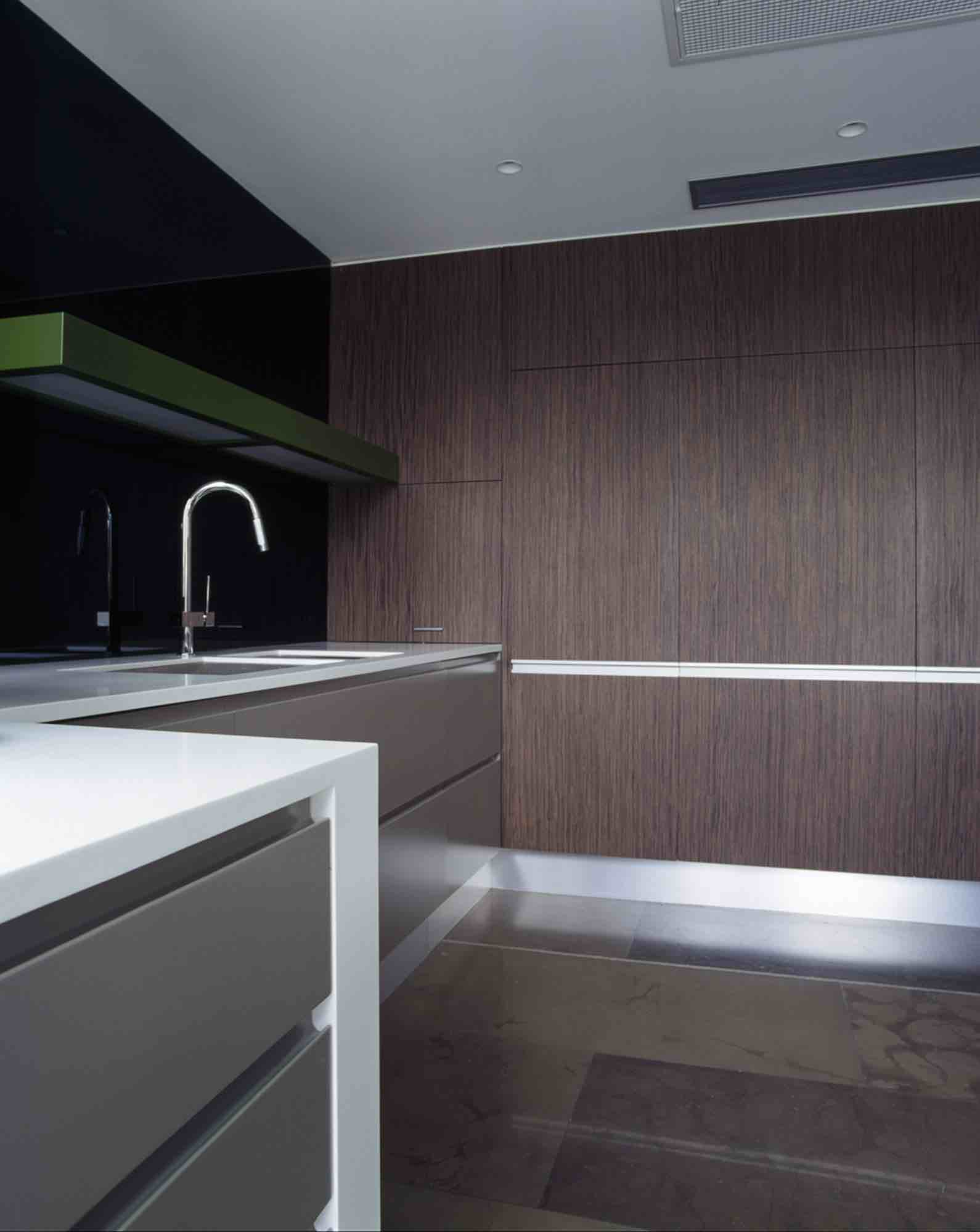 minosa-design-open-plan-high-ceiling-void-large-dinning-table-corian-benchtop-minosa-kitchen-gilda-mirror-splashback-04