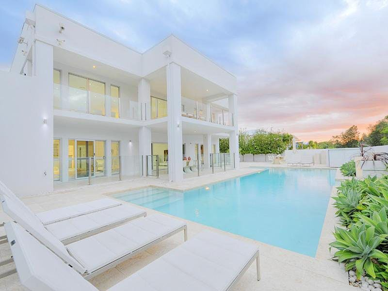 The White Obsession Modern Residence in Queensland
