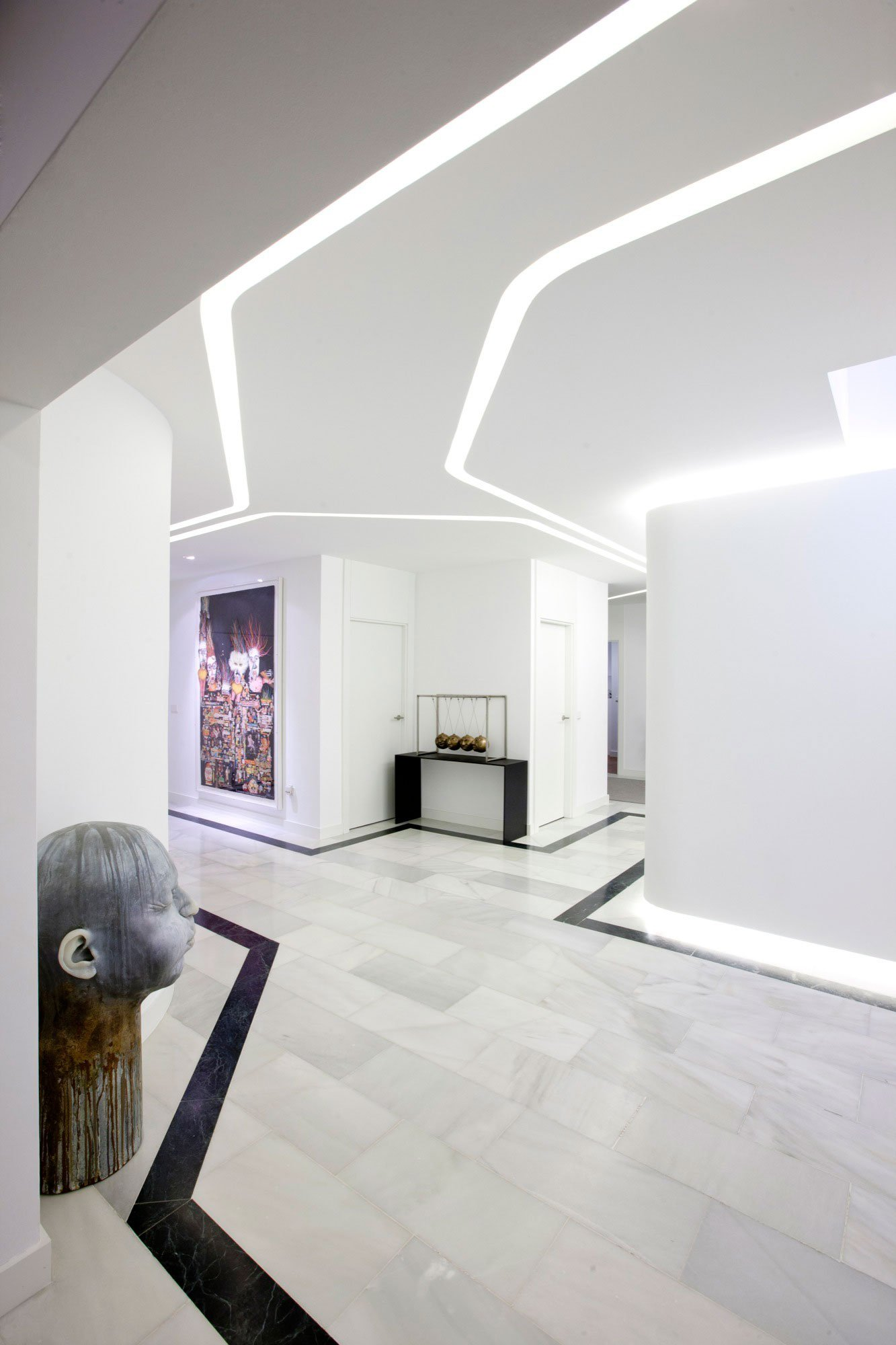 Luxury white apartment in madrid by ilmiodesign for Apartment hallway design