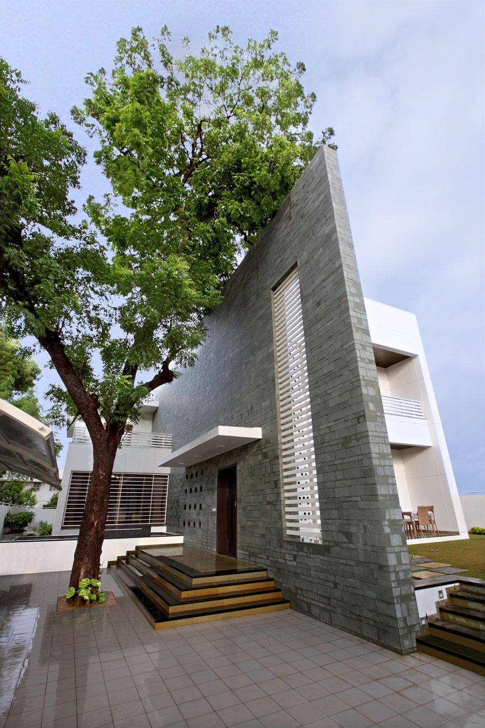 The-Wall-House-01