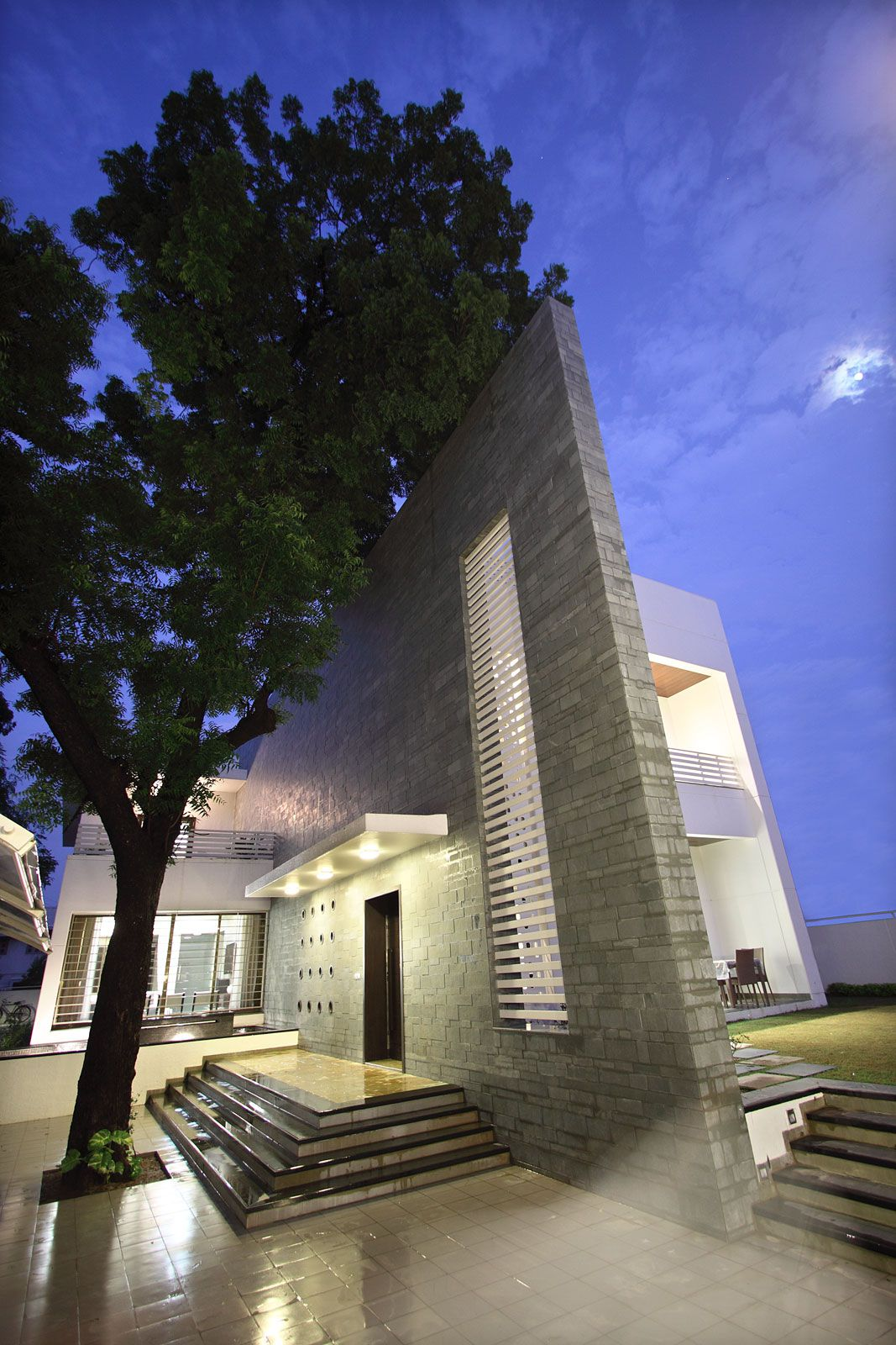 The-Wall-House-02