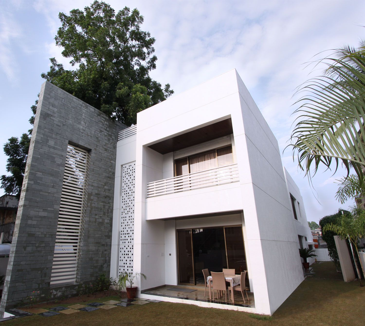 The-Wall-House-04