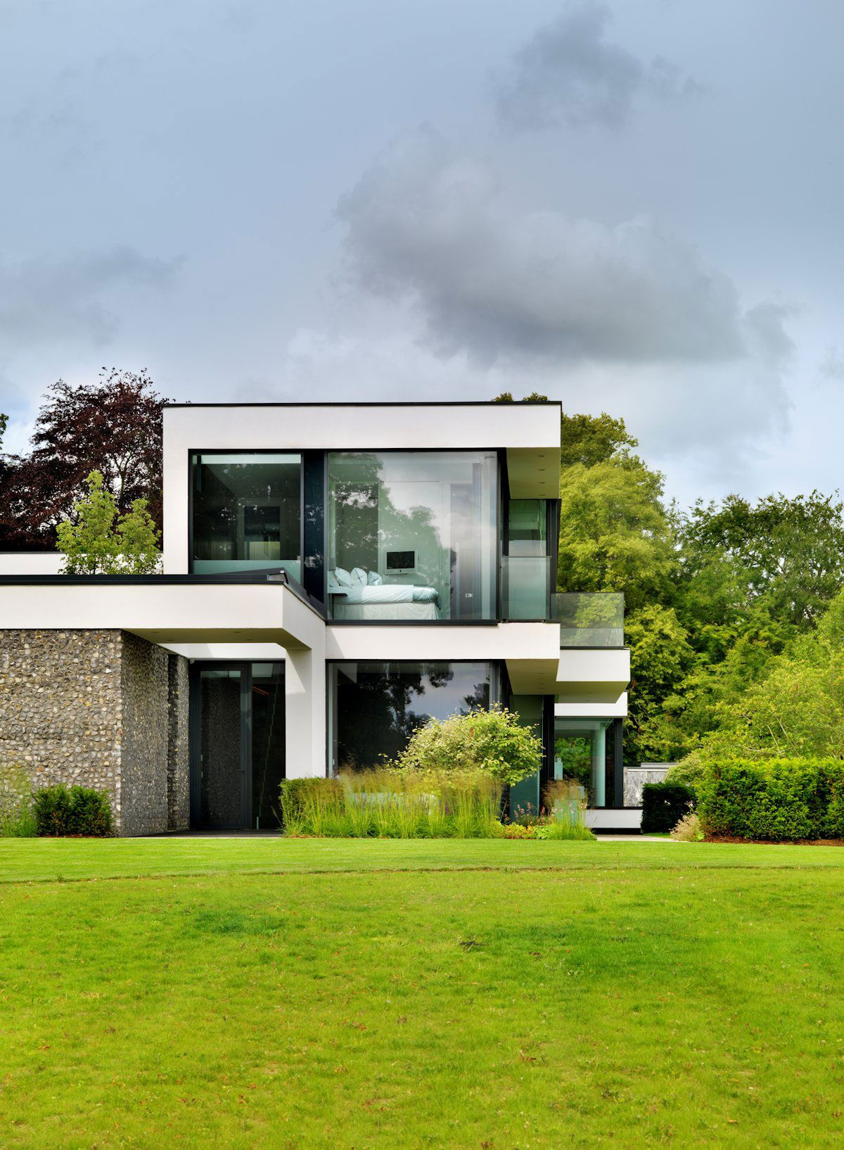 Modern berkshire home near river thames by gregory for Home architects near me