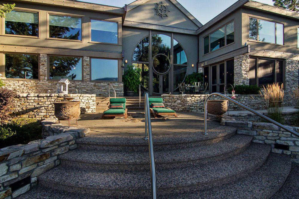 Stylish Unique Lake Shore Home in Okanagan-01