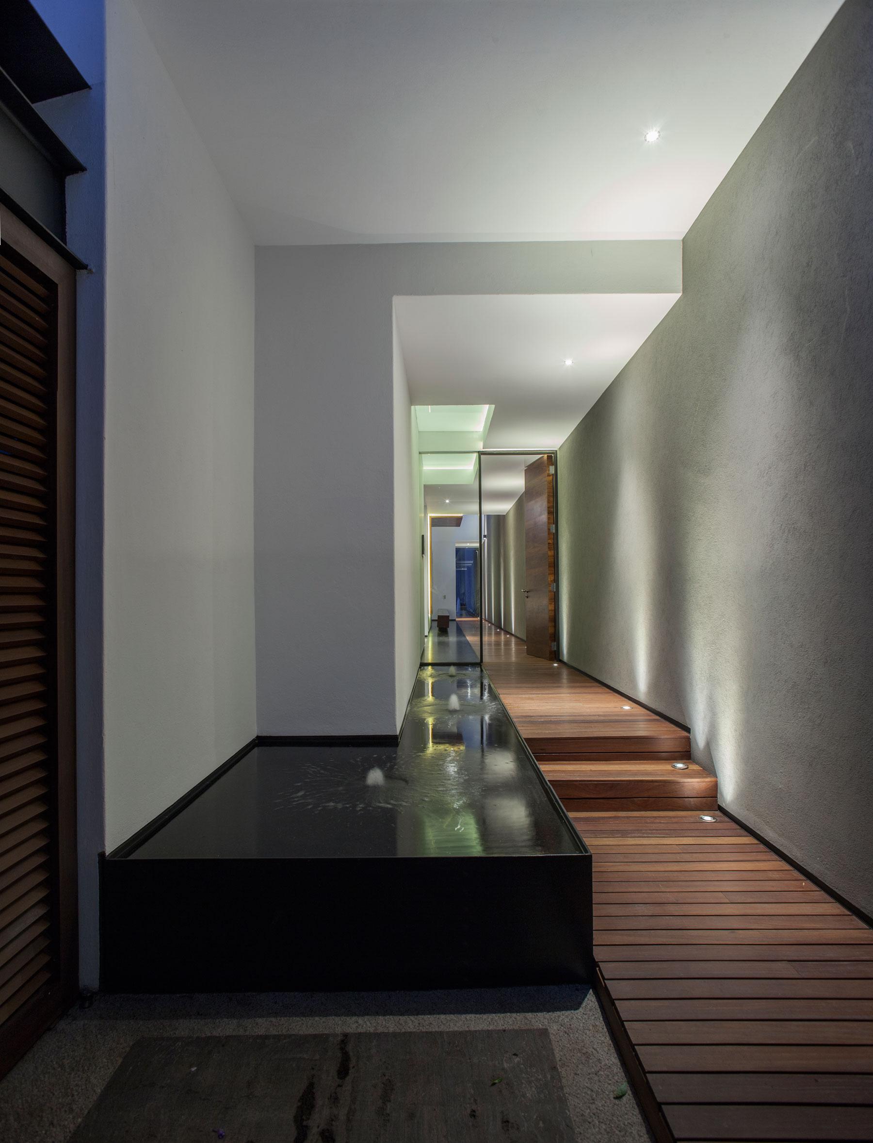 5 Courtyard Home by Almazán Arquitectos Asociados-06