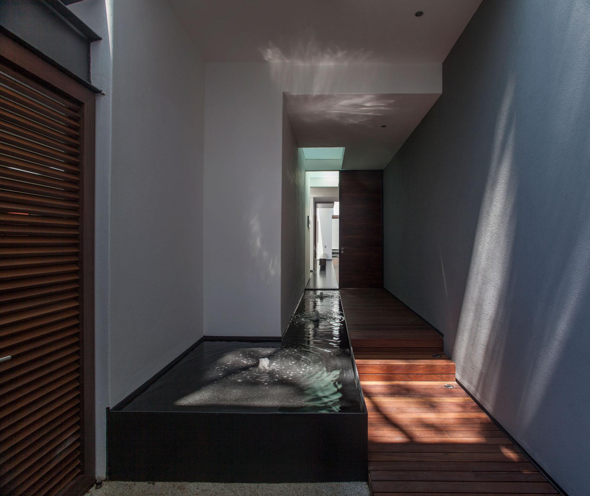5 Courtyard Home by Almazán Arquitectos Asociados-07