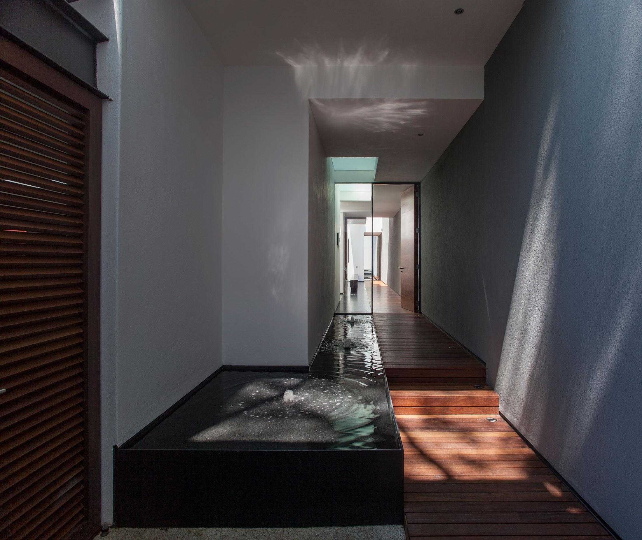 5 Courtyard Home by Almazán Arquitectos Asociados-08