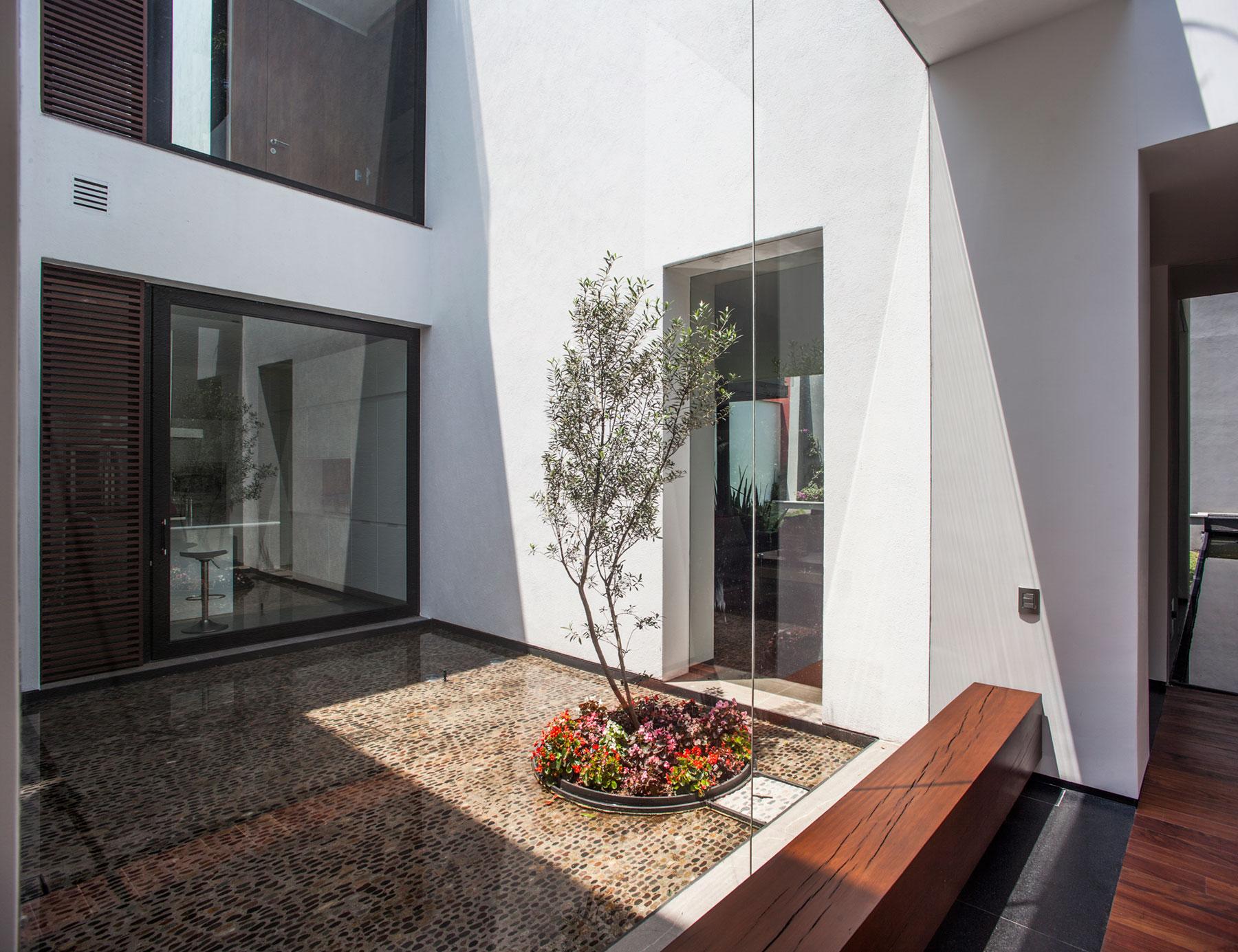5 Courtyard Home by Almazán Arquitectos Asociados-09