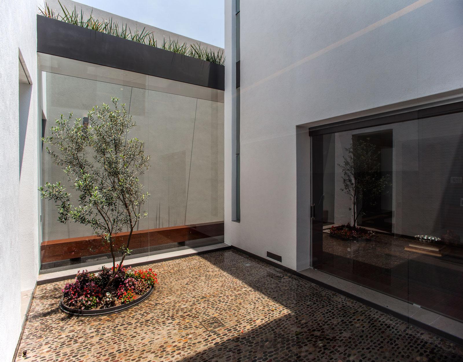 5 Courtyard Home by Almazán Arquitectos Asociados-10