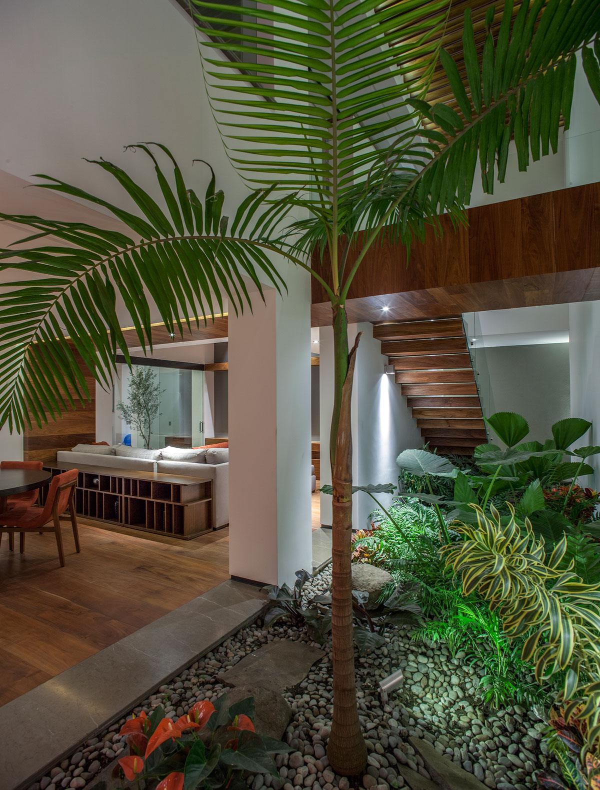 5 Courtyard Home by Almazán Arquitectos Asociados-12