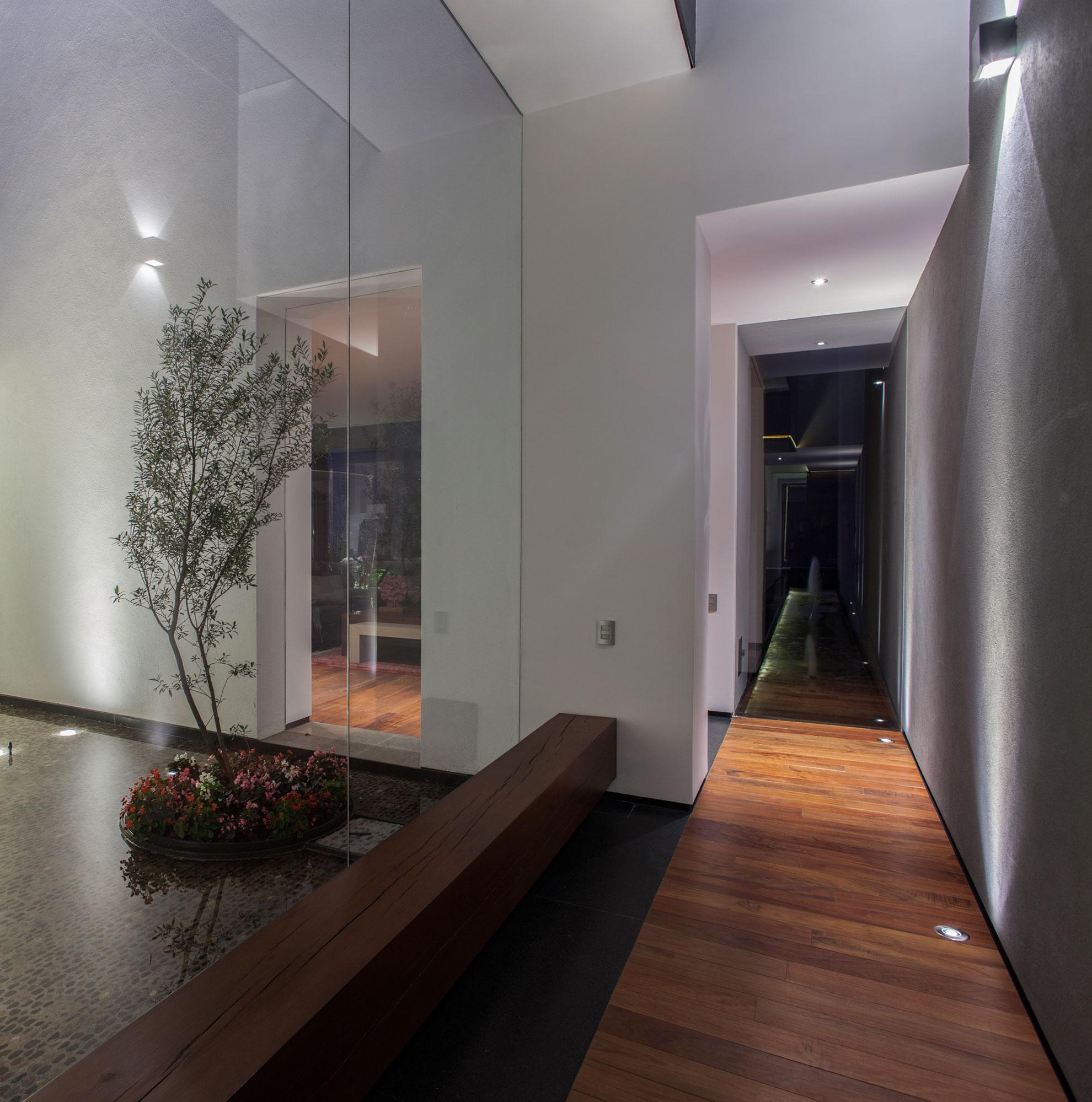 5 Courtyard Home by Almazán Arquitectos Asociados-13