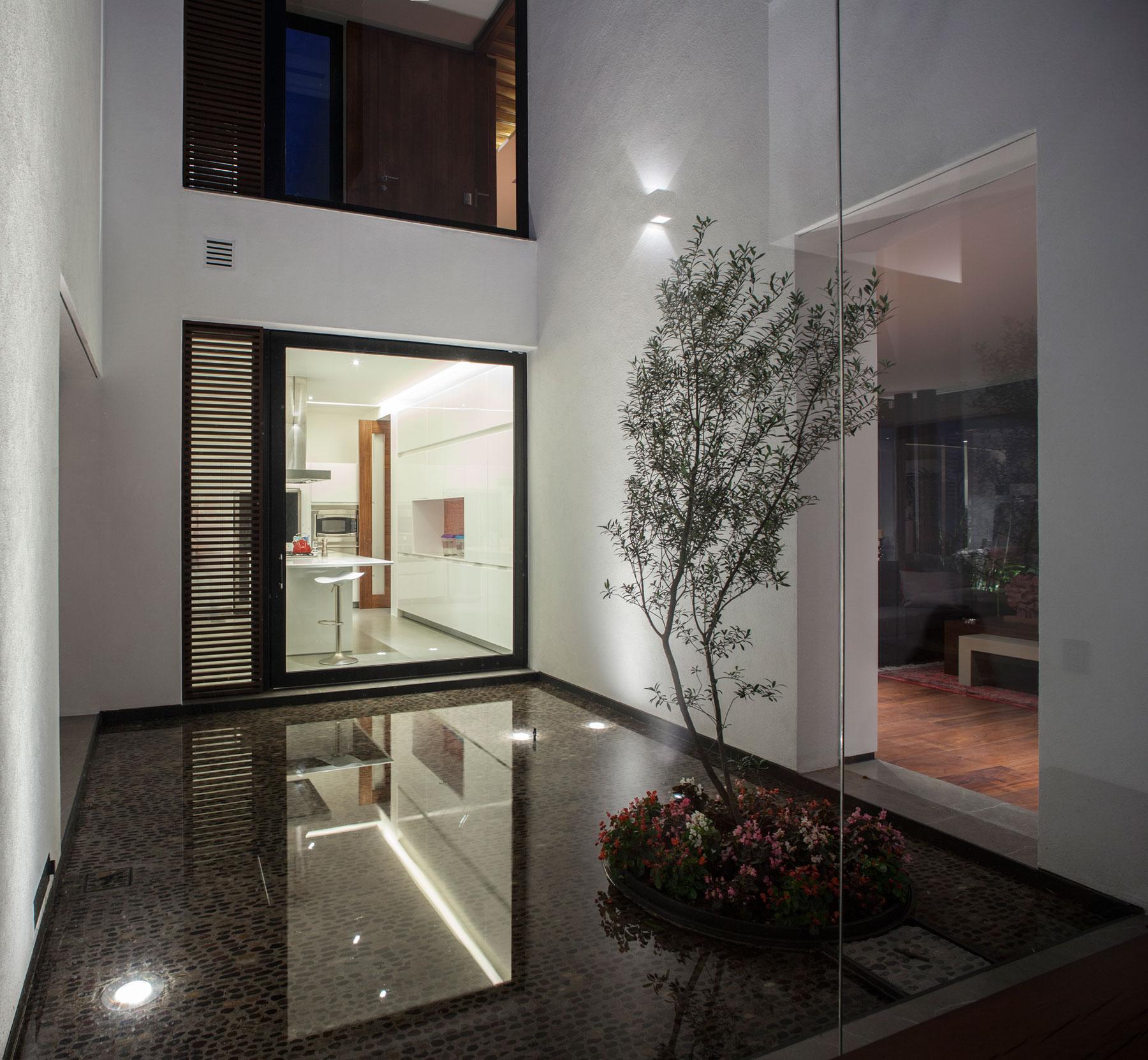 5 Courtyard Home by Almazán Arquitectos Asociados-14