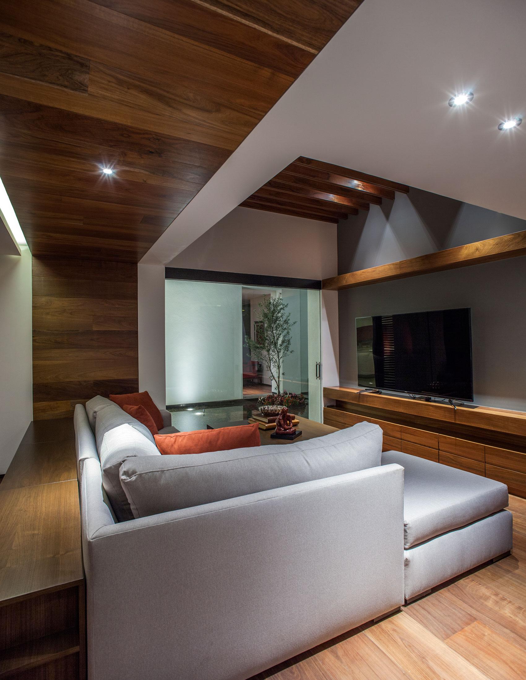 5 Courtyard Home by Almazán Arquitectos Asociados-17