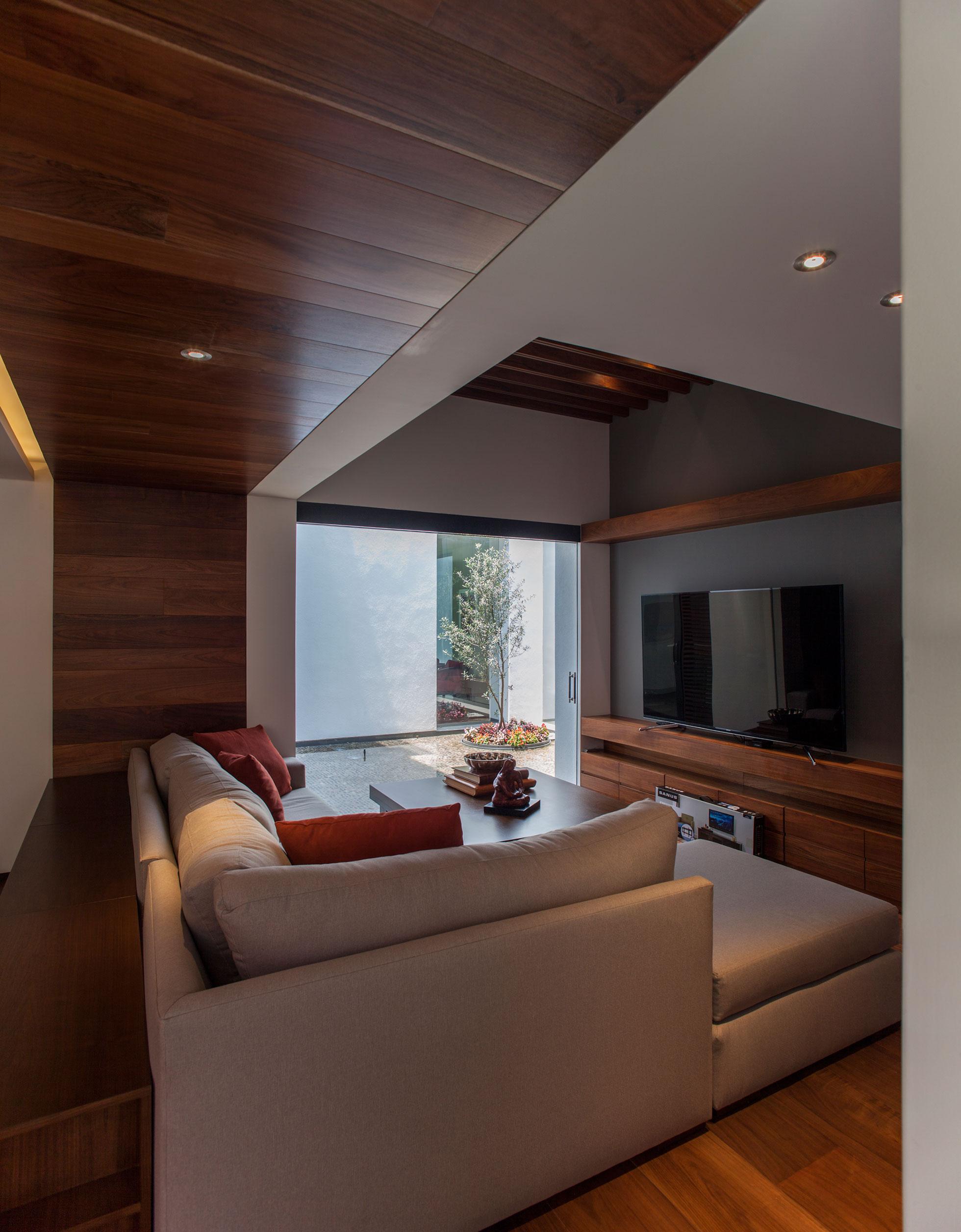5 Courtyard Home by Almazán Arquitectos Asociados-18