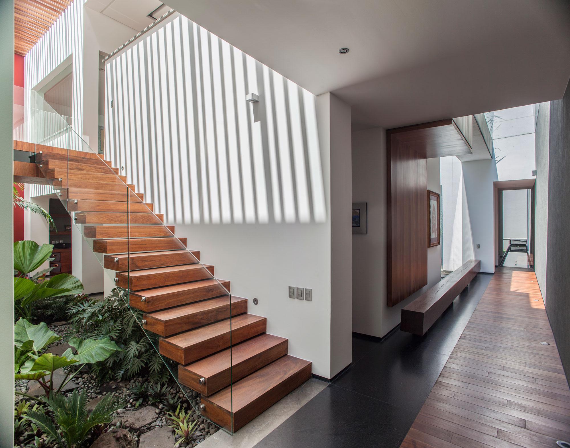 5 Courtyard Home by Almazán Arquitectos Asociados-37