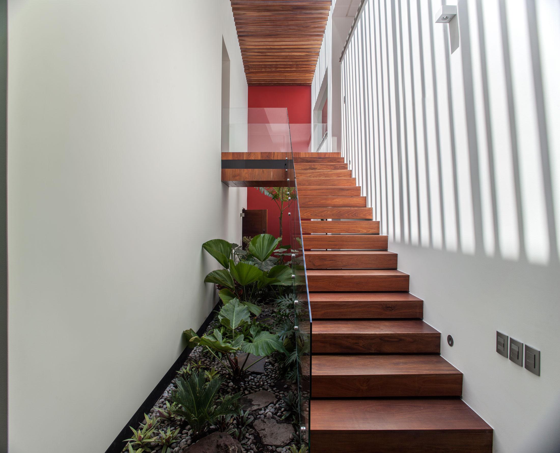5 Courtyard Home by Almazán Arquitectos Asociados-38