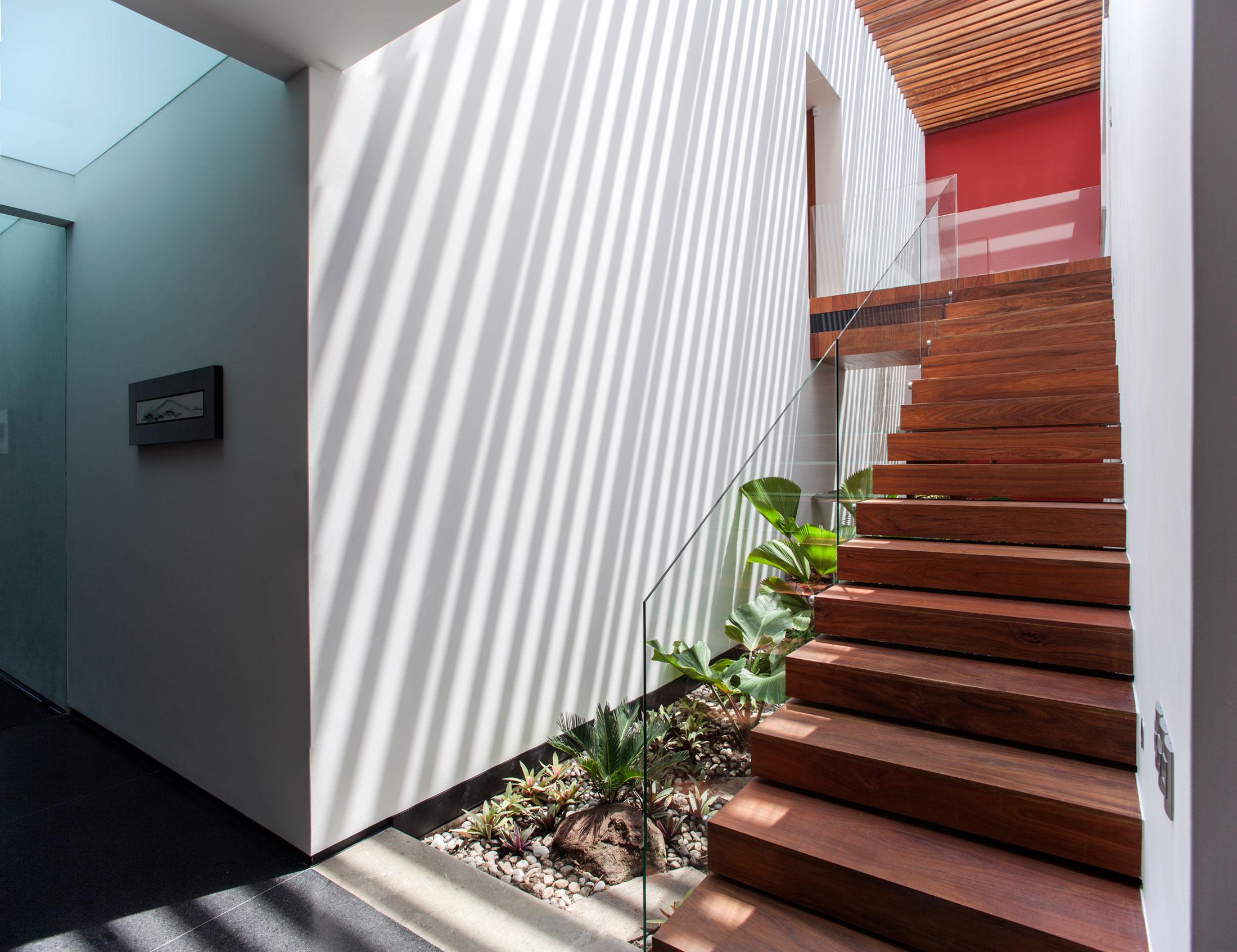 5 Courtyard Home by Almazán Arquitectos Asociados-39