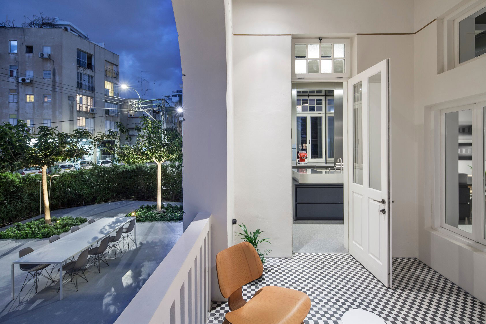 Combination of Modern Design and Neo-Classical Structure of a Historical Apartment in the Heart of Tel Aviv by Pitsou Kedem Architects-28