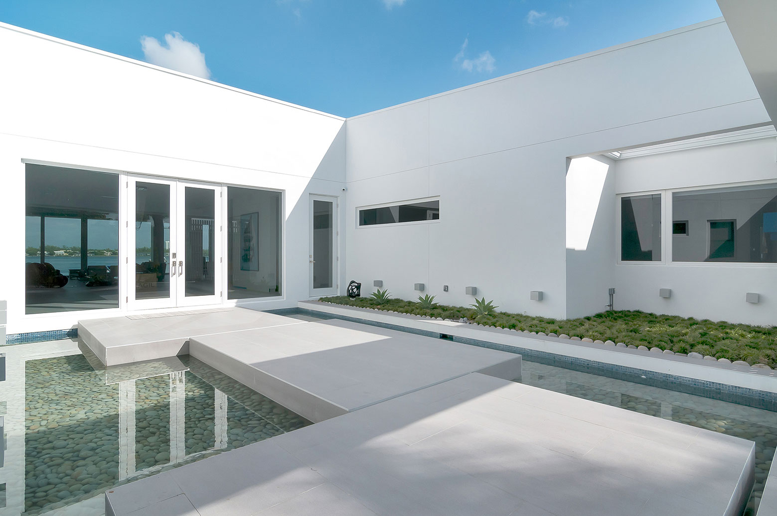 Gross-Flasz House is The Modernist Pavilion in an Extreme Maritime Context by One d+b Miami-09