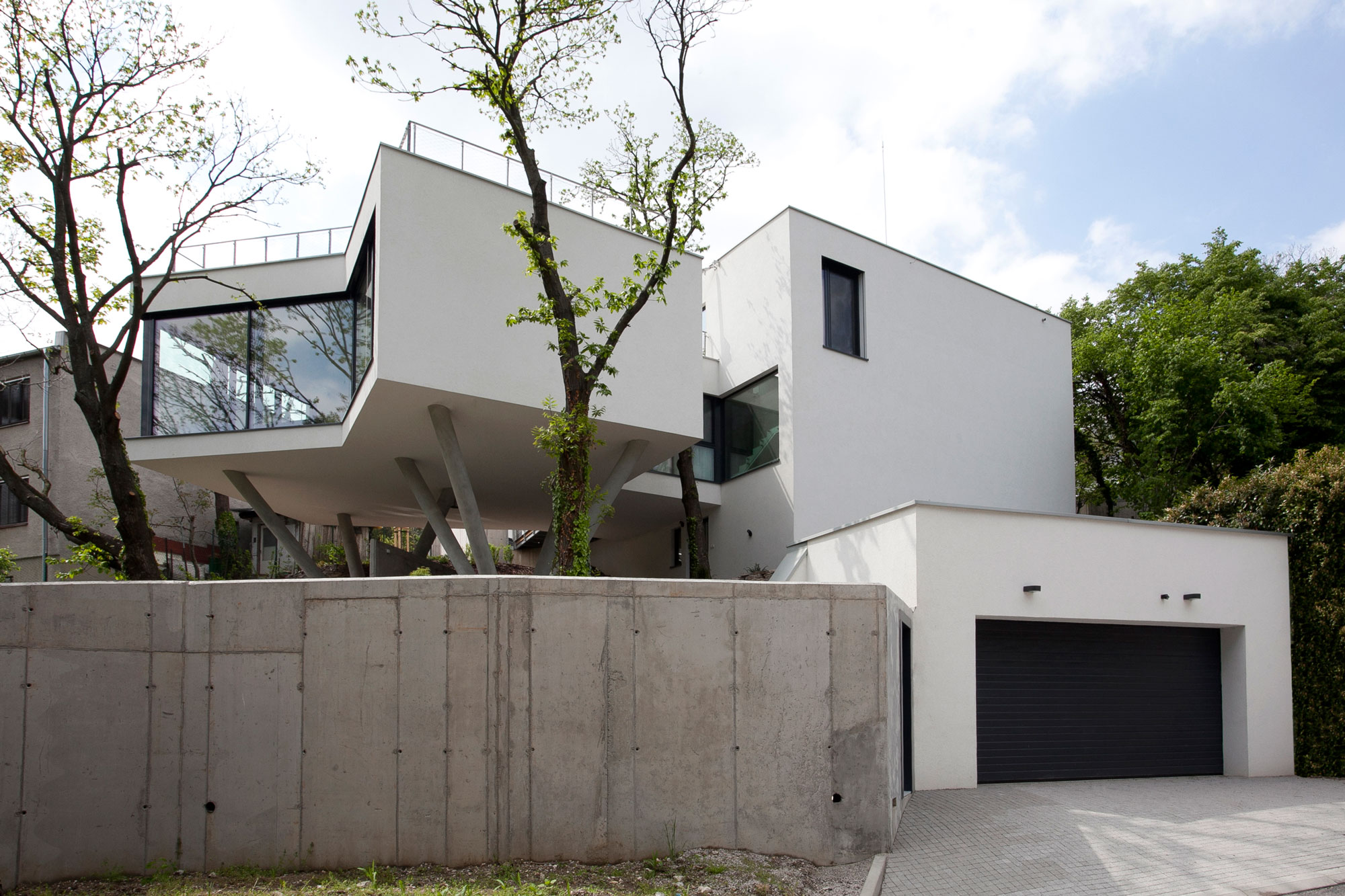 House Between The Trees Inspired From the Legendary Tugendhat Villa By Architekti Šebo Lichý-02