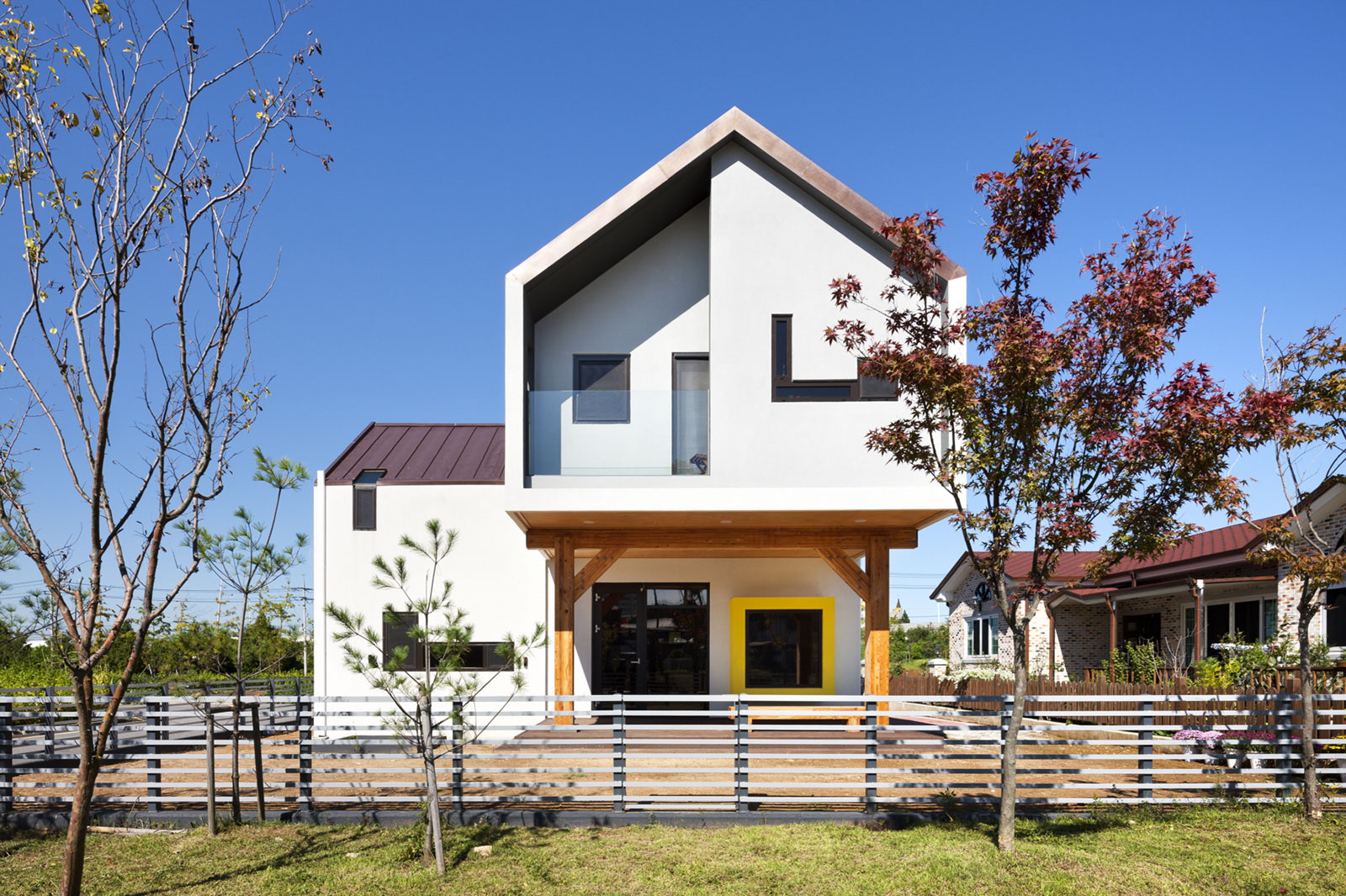 Iksan t shaped house in south korea by kddh architects for Houses in south korea