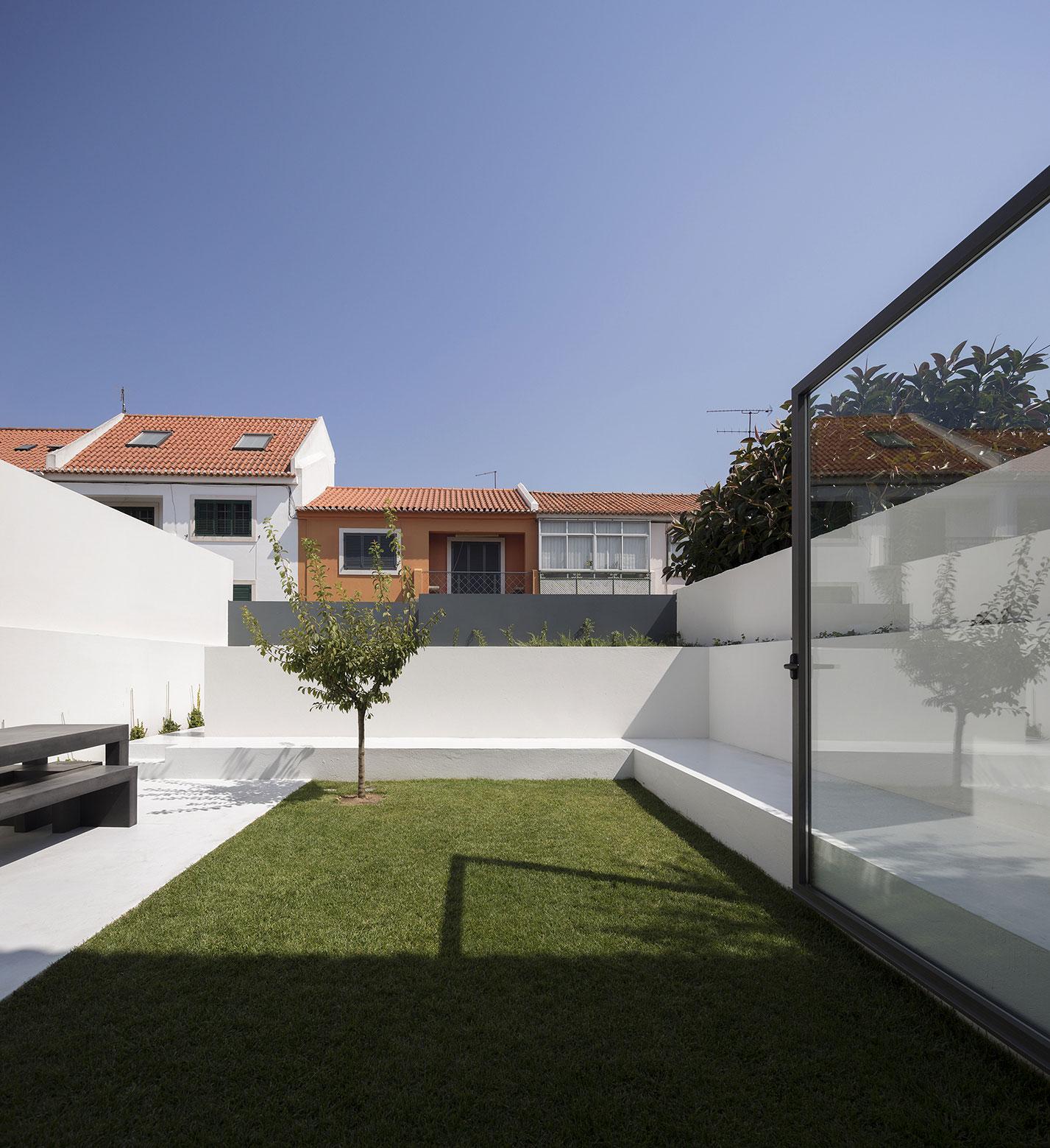 Mediterranean House in Restelo, Lisbon by Antonio Costa Lima Arquitectos-02