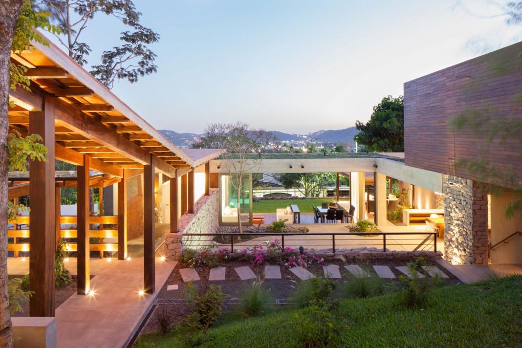 Modern rustic sensation of garden house in el salvador by for Rustic modern home design