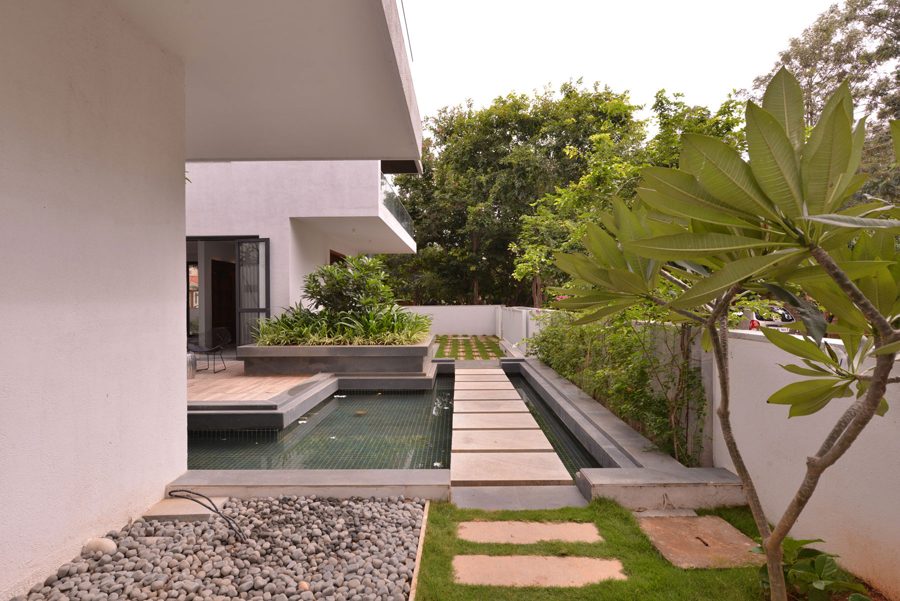 The courtyard house near bangalore by abin design studio for Courtyard houses design ideas
