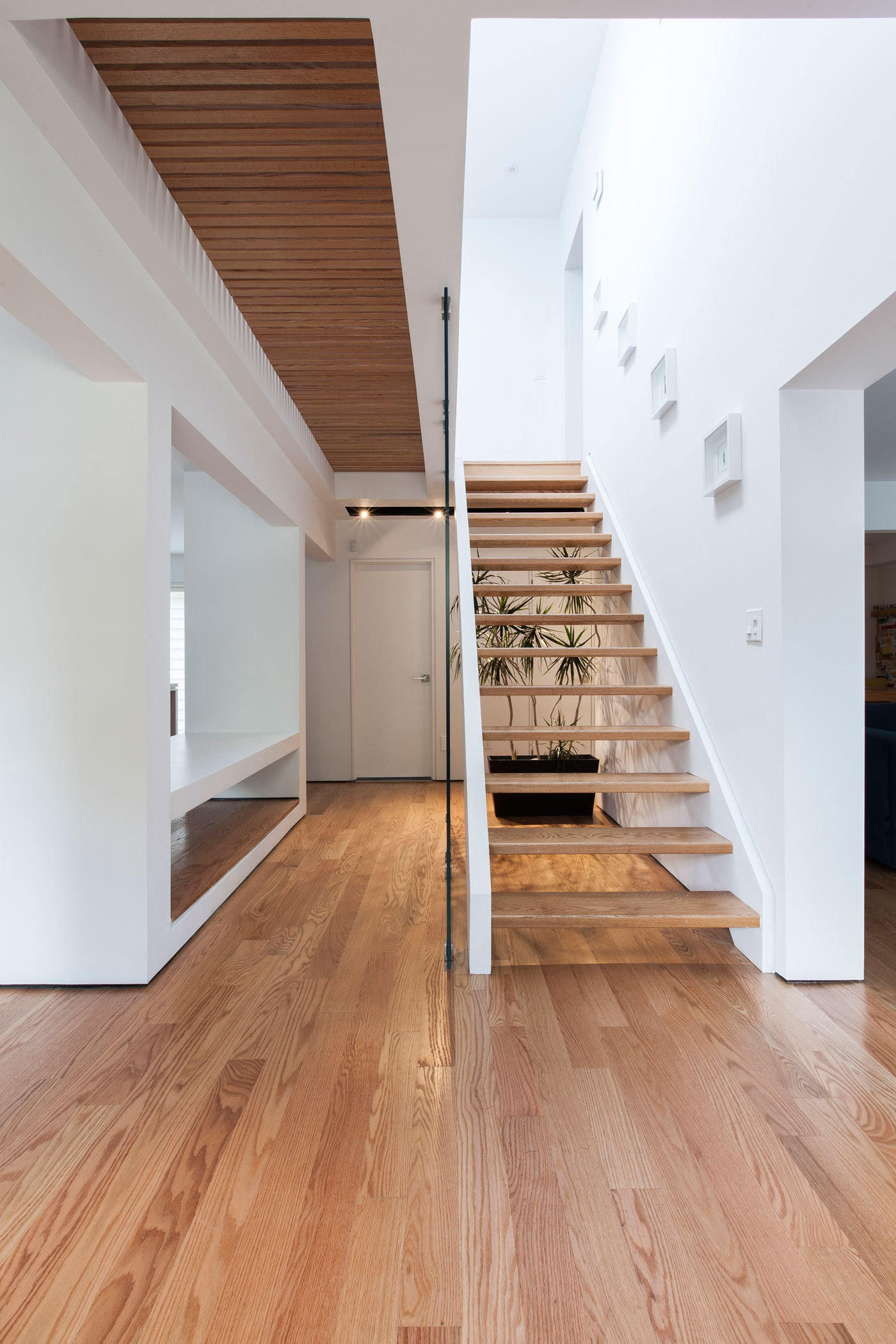 Foyer Minimalist Guide : Thorax house a minimalist two storey wood structure home