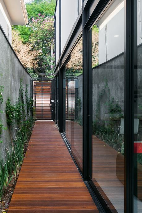 7x37 House in Sao Paulo by CR2 Arquitetura-13