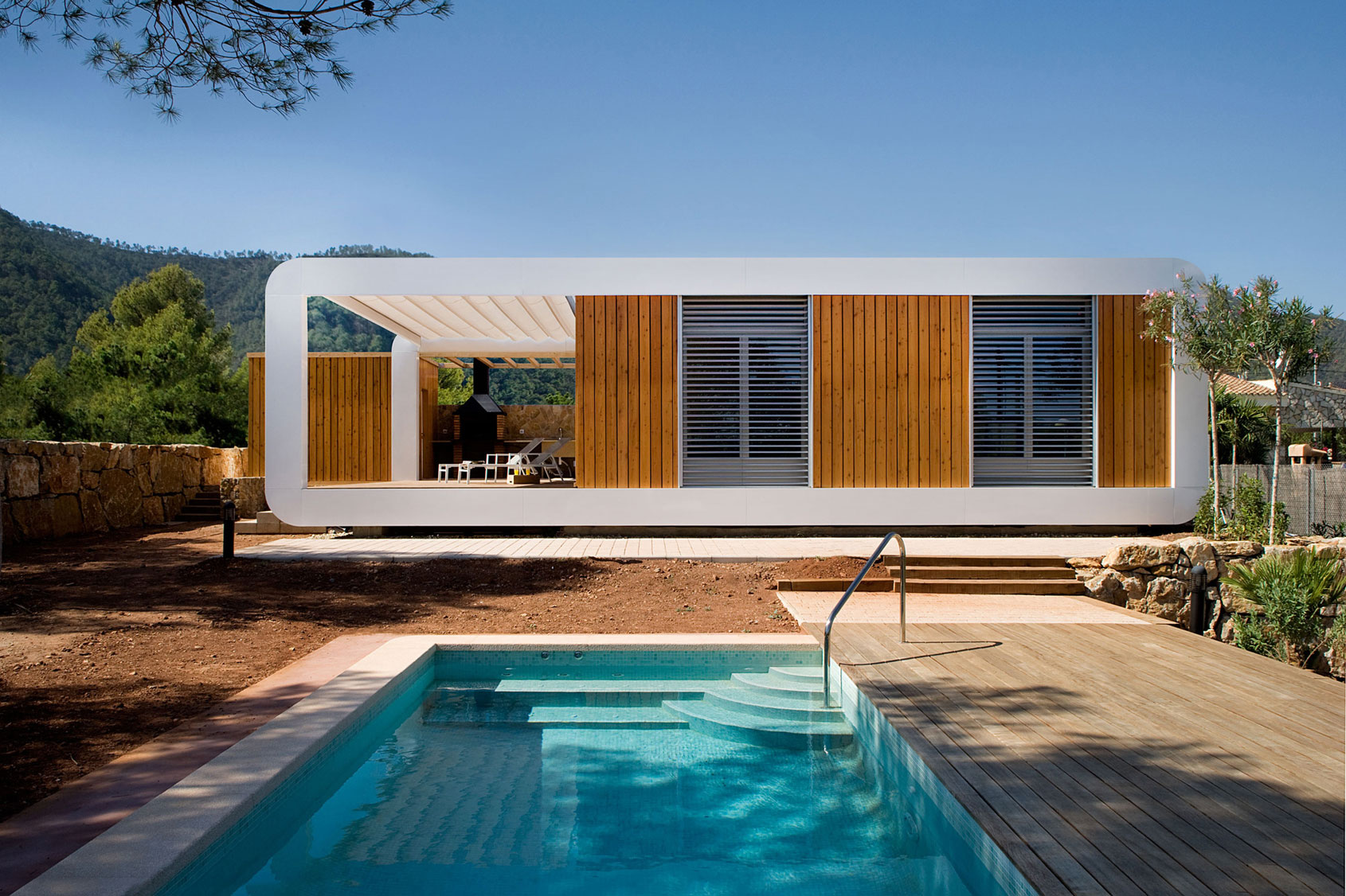 Eco-Friendly and Energy Efficiency with Mobile Device Control of El Refugio Inteligente by NOEM-04