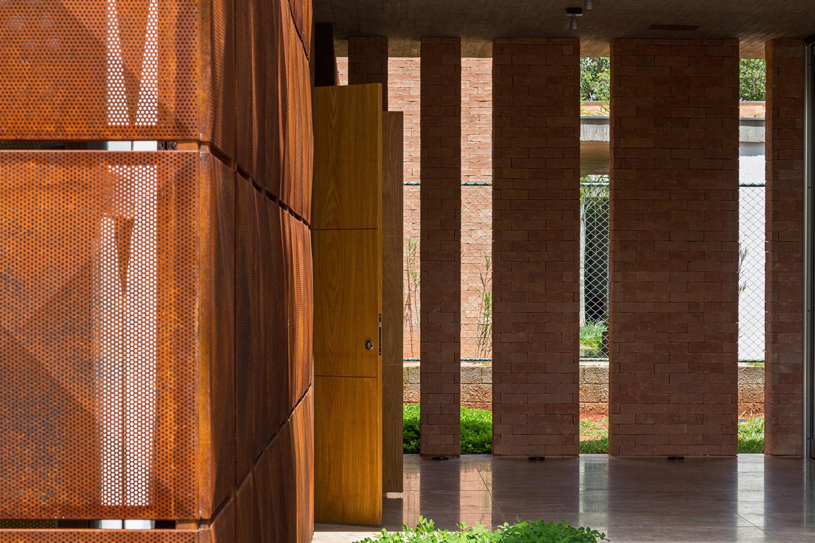 L shape BLM House by ATRIA Arquitetos-08