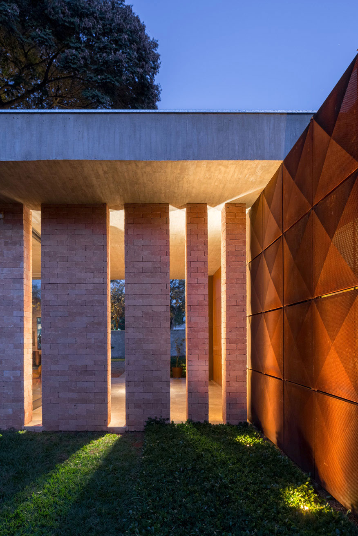 L shape BLM House by ATRIA Arquitetos-18