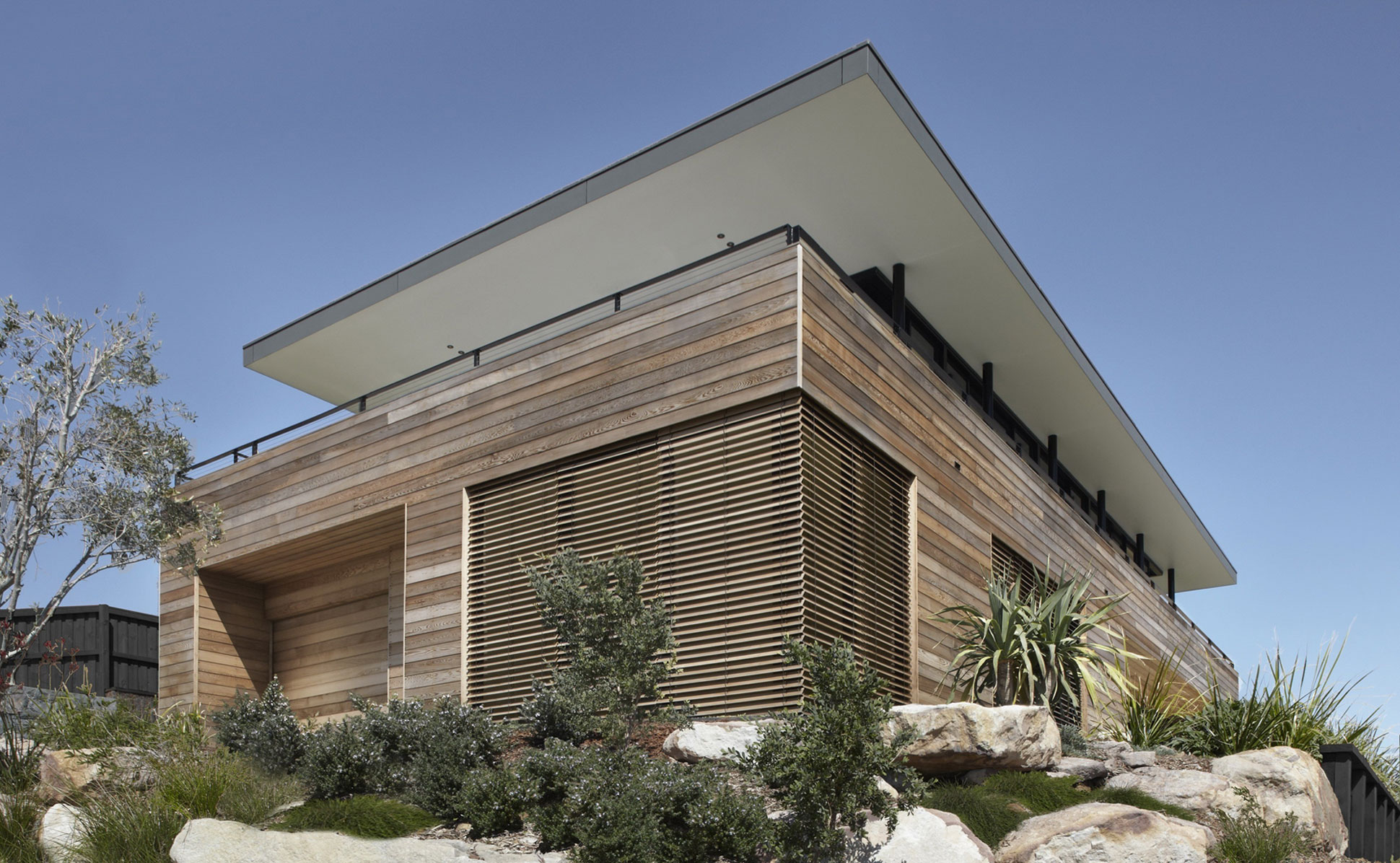 Lamble Modern Beach House with 270 Views of the Ocean by Smart Design Studio-03