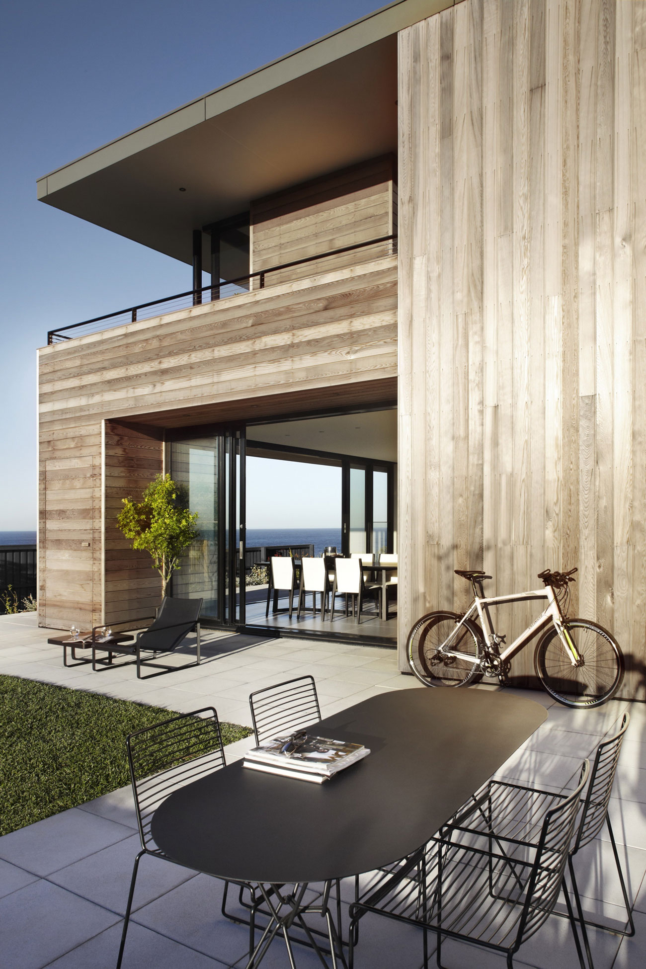 Lamble Modern Beach House with 270 Views of the Ocean by Smart Design Studio-05