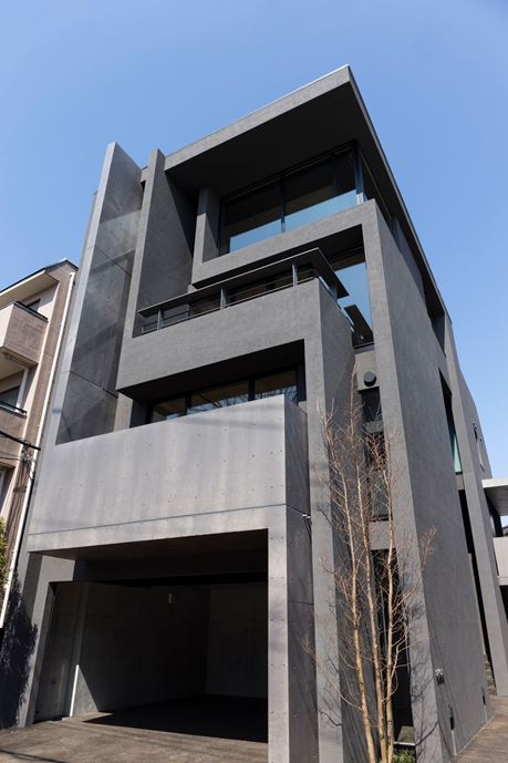 OKM 4 story building designed for a private residence and apartment in Tokyo by Artechnic-21