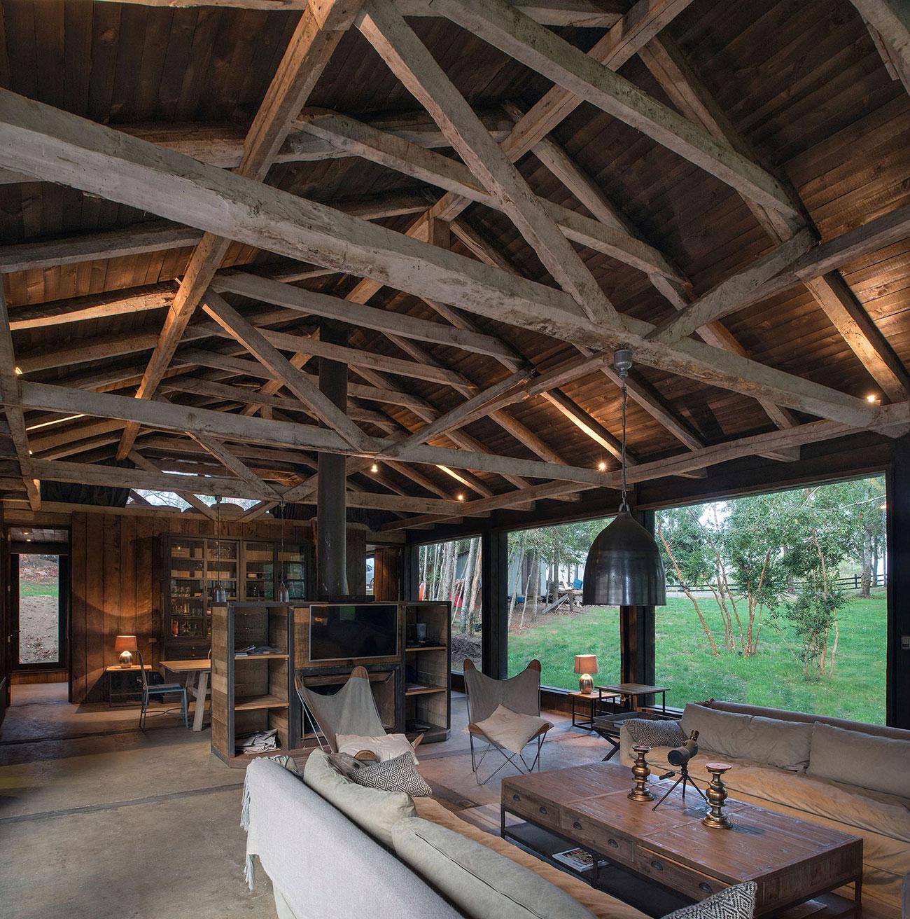 Rustic Barn House near Lake Ranco by Estudio Valdés Arquitectos-02
