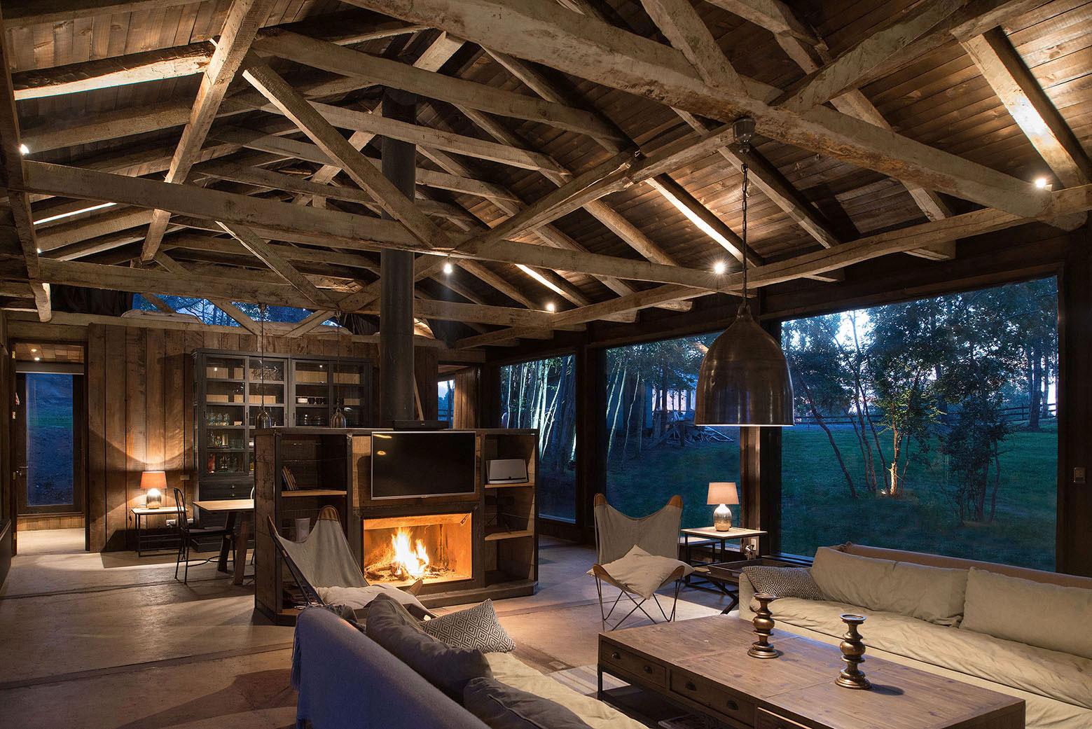 Rustic Barn House near Lake Ranco by Estudio Valdés Arquitectos-08