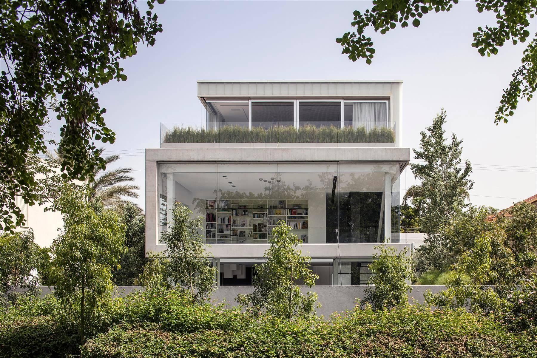 The Concrete Cut House in Ramat Gan by Pitsou Kedem Architects-08
