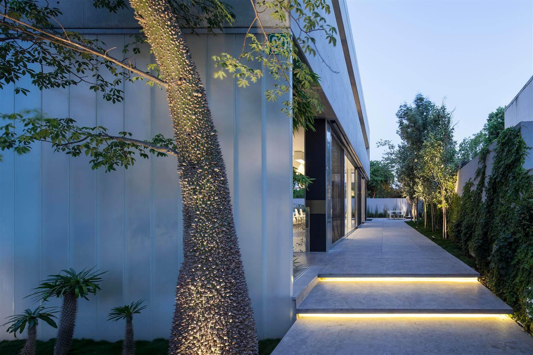 The Concrete Cut House in Ramat Gan by Pitsou Kedem Architects-15