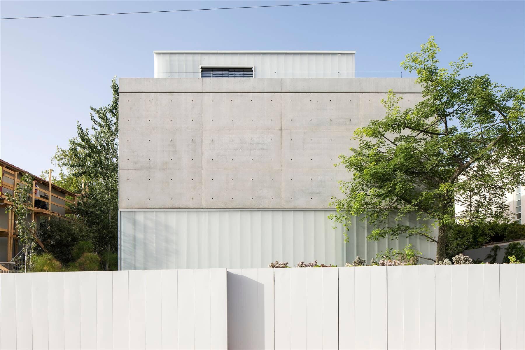 The Concrete Cut House in Ramat Gan by Pitsou Kedem Architects-24