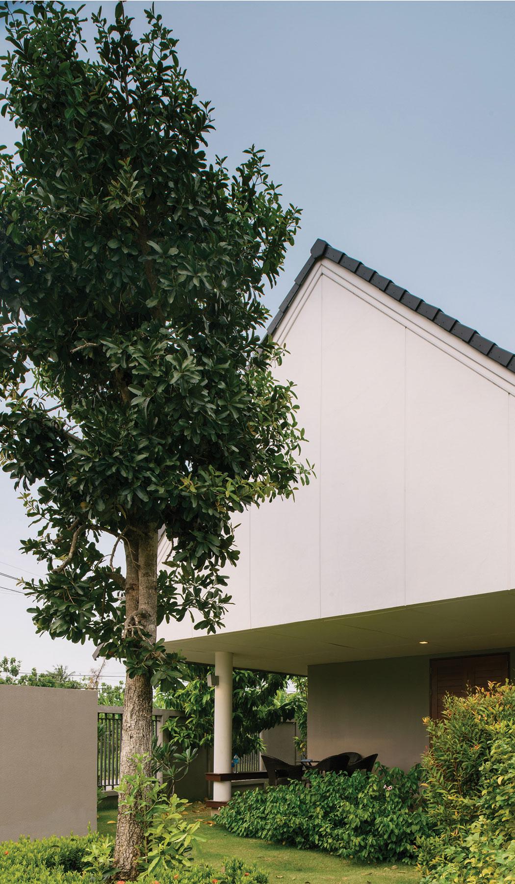 The Triangle House near Bangkok by Phongphat Ueasangkhomset-03