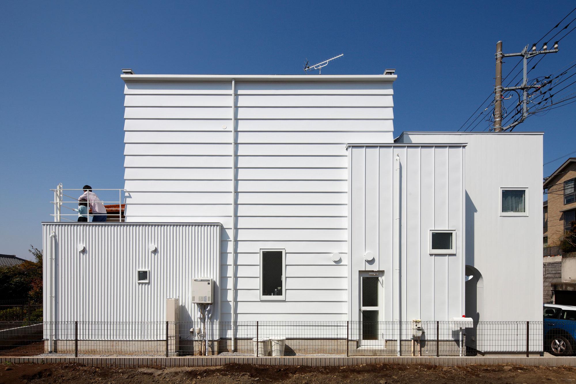 White theme house in Tama-Plaza, Yokohama by Takushu ARAI Architects-01