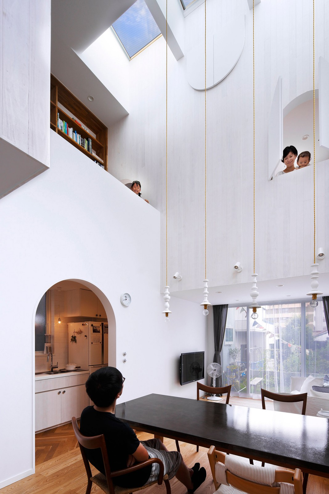 White theme house in Tama-Plaza, Yokohama by Takushu ARAI Architects ...