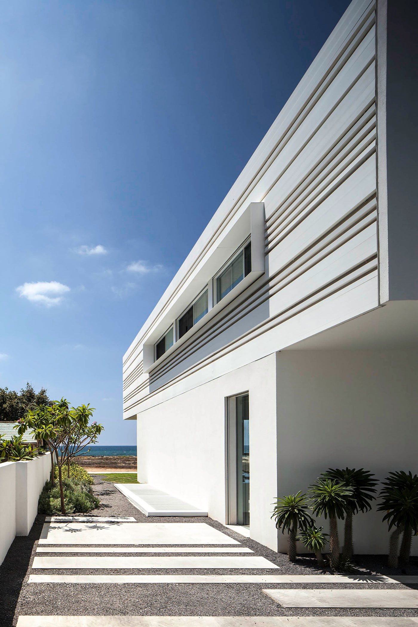 Luminous A House by the Sea home with Mediterranean Sea views by Pitsou Kedem Architects-04